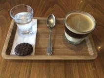 Espresso με το γάλα και τα μπισκότα Στοκ Φωτογραφίες