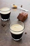 Espresso με το κέικ σοκολάτας Στοκ φωτογραφία με δικαίωμα ελεύθερης χρήσης