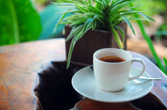 Espresso auf einer Volkskunsttabelle Stockbilder