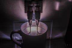 Espresso cappuccino, kaffemaskin som bryggar en drink med dubbelstrålar/dysor fotografering för bildbyråer