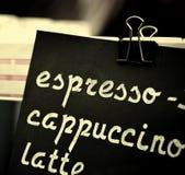 Espresso, Cappuccino, Lattezeichen Übergeben Sie Zeichnungspreistext auf schwarzer Tafel, cooffee choise Konzept Lizenzfreie Stockfotos