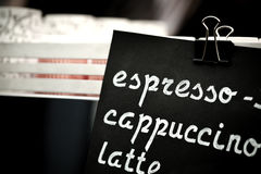 Espresso, Cappuccino, Lattezeichen Übergeben Sie Zeichnungspreistext auf schwarzer Tafel, cooffee choise Konzept Lizenzfreies Stockbild