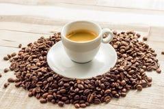 Espresso Coffe met Bonen op houten lijsten Royalty-vrije Stock Afbeeldingen