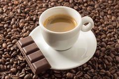 Espresso Coffe mit Bohnen und Schokolade Stockfoto