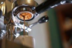 Espresso, der aus bodenlosem portafilter ausläuft lizenzfreie stockfotos