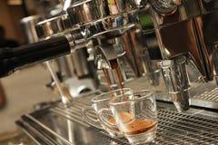 Espresso, der aus Kaffeemaschine vorbereitet wird Stockfotos