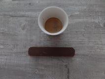 Espresso en chocolade op een houten oppervlakte stock foto