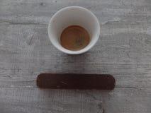Espresso en chocolade op een houten oppervlakte royalty-vrije stock afbeelding