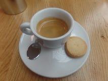 Espresso en een koekje stock afbeelding