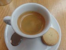 Espresso en een koekje stock afbeeldingen