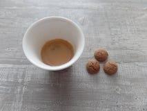 Espresso en koekjes op een houten grijze oppervlakte stock afbeeldingen