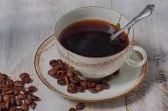 espresso för kaffekopp Ståenden av ett avkopplat moget affärsmansammanträde med hans ögon stängde sig och rymma hans huvud i händ Arkivfoton