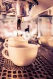 Espresso för kaffemaskindanande i ett kafé Arkivbild