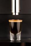 Espresso geschossen von der exklusiven Kaffeemaschine Lizenzfreie Stockbilder
