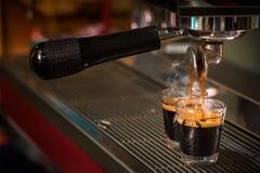 Espresso het gieten in glasschot Stock Afbeeldingen