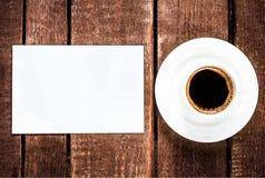 Espresso-Kaffeetasse und leere Visitenkarte auf Holztisch Whi Stockfotos