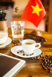 Espresso, koffiebonen, en tablet Vietnamese vlag Stock Fotografie