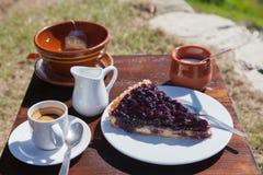 Espresso, kopp av örtte och stycke av blåbärpajen Arkivfoton