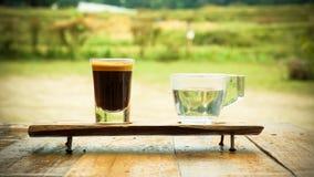Espresso Macchiato och vatten som stängs upp skott Arkivfoto