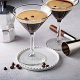 Espresso martini in twee glazen stock foto's