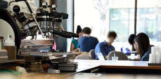 Espresso-Maschine in einer beschäftigten Kaffeestube Lizenzfreies Stockfoto