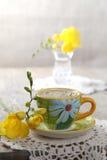 Espresso met bloemen en crochet onderleggertje stock fotografie