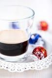 Espresso met chocoladesuikergoed dat wordt geschoten Stock Fotografie