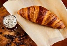 Espresso met croissant Stock Foto's