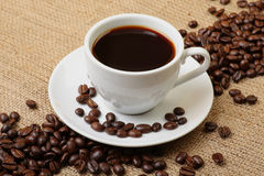 Espresso met koffiebonen Stock Afbeeldingen