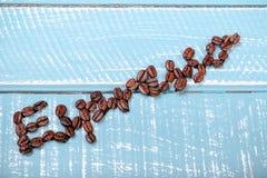 Espresso met koffiebonen die wordt gespeld stock afbeeldingen