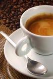 Espresso mit Bohnen Stockfoto