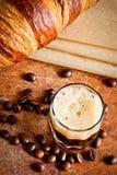 Espresso mit Hörnchen Lizenzfreie Stockfotografie