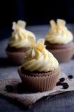 Espresso-Samt-kleine Kuchen mit kandierter Zitronen-Schale Stockfoto
