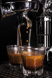 Espresso som dras ut ur en espressomaskin Arkivfoton