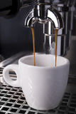 Espresso som dras ut ur en espressomaskin Arkivbilder