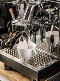Espresso som göras i coffeeshop Arkivbild