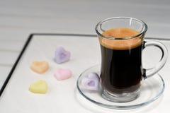 espresso Taza de cristal de café express con el azúcar bajo la forma de corazón foto de archivo libre de regalías
