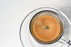 espresso Taza de cristal del café express con los granos de café en un backgr ligero imágenes de archivo libres de regalías