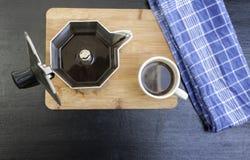 Espresso-Topf auf hölzernem Brett mit Kaffeetasse Stockfotos