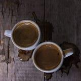 Espresso två koppar på gamla bräden Arkivfoton