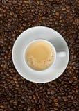 Espresso und Bohnen oben Stockfotografie