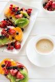 Espresso- und Fruchtnachtischsandwiche mit Ricottakäse, Kiwi, Aprikose, Erdbeere, Blaubeere und roter Johannisbeere lizenzfreies stockbild