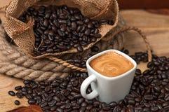 Espresso und Kaffeebohnen Stockfotografie