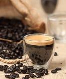 Espresso und Kaffeebohnen Lizenzfreies Stockfoto