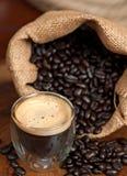 Espresso und Kaffeebohnen Stockfotos