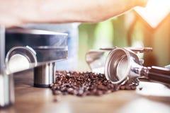 Espresso ut ur den klassiska kaffemaskinen in i kaffekoppen Arkivbild