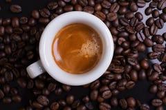 Espresso viele Kaffeebohnen Stockbilder