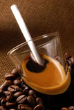 Espresso withCoffee Bohnen Lizenzfreie Stockfotos