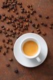 Espresso in witte ceramische kop met koffiebonen royalty-vrije stock fotografie