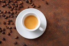 Espresso in witte ceramische kop met koffiebonen stock fotografie
